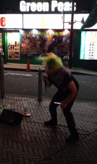 tokyo-shinjuku-crazy-song-street-performance